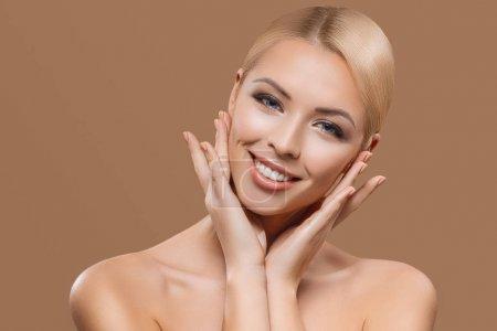 Photo pour Portrait de belle blonde cheveux longs fille isolé sur beige - image libre de droit