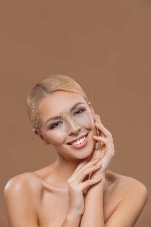 Photo pour Portrait de jeune fille belle blonde cheveux longs, isolée sur beige - image libre de droit