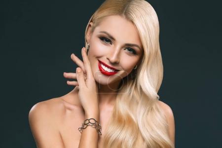 Photo pour Portrait de belle fille tendre avec maquillage isolée sur fond noir - image libre de droit