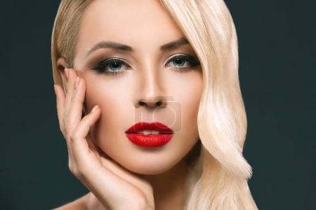 Photo pour Portrait de jolie femme blonde à la peau parfaite, isolée sur gris - image libre de droit