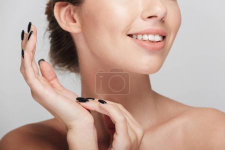 Photo pour Recadrée tir de souriante jeune femme avec une peau parfaite isolée sur blanc - image libre de droit