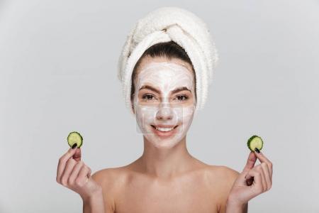 Photo pour Jeune femme avec des soins du visage masque isolé sur blanc - image libre de droit
