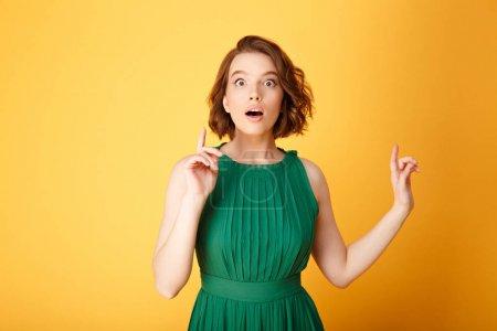 Photo pour Portrait de jeune femme surprise ayant idée isolé sur orange - image libre de droit
