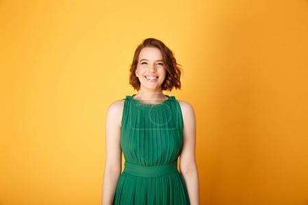 Foto de Retrato de joven sonriente mirando a cámara aislada en naranja - Imagen libre de derechos