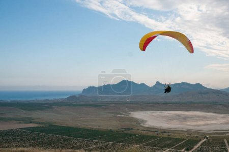 Peron flying on paraglider