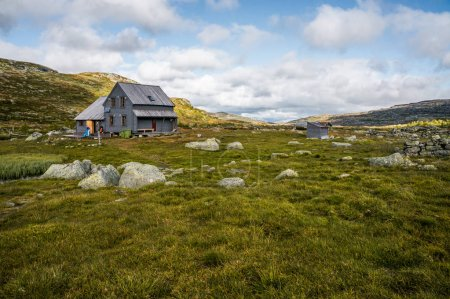 Photo pour Beautiful landscape with little house on meadow with mountains, Hardangervidda National Park, Norway, september 2015 - image libre de droit