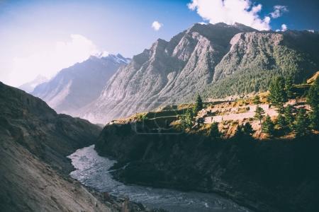 Photo pour Belle rivière de montagne dans la vallée et montagnes majestueuses en himalaya indien - image libre de droit