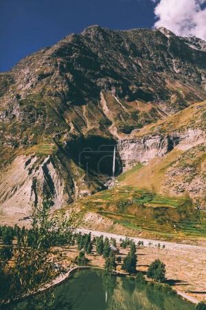 Photo pour Magnifique paysage rocheux avec lac de montagne dans l'Himalaya indien - image libre de droit