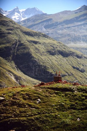Photo pour Paysage majestueux avec une vallée verdoyante dans l'Himalaya indien, région de keylong - image libre de droit