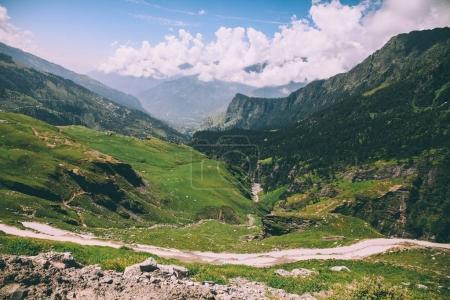 Photo pour Beau paysage pittoresque vallée de montagne et de la voie dans l'Himalaya indien, col de Rohtang - image libre de droit