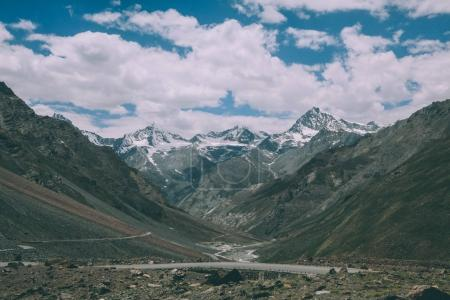 Photo pour Belle vallée de montagne avec route et sommets enneigés dans l'Himalaya indien, région du Ladakh - image libre de droit