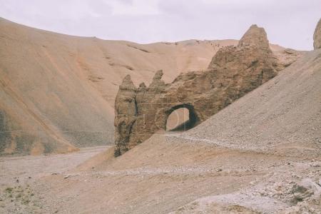 Photo pour Grotte, sur une colline rocheuse dans l'Himalaya indien, région de Ladakh - image libre de droit