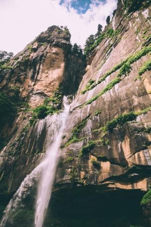 Photo pour Étonnante cascade et rochers dans l'Himalaya indien - image libre de droit