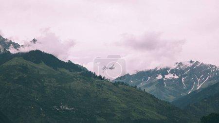 Photo pour Superbe beau paysage de montagnes dans l'Himalaya indien - image libre de droit