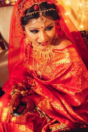 Photo pour Portrait de belle femme indienne en vêtements traditionnels détournant les yeux - image libre de droit