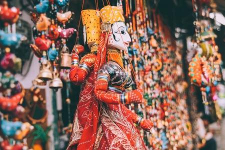 Photo pour Vue rapprochée des décorations colorées suspendus au Rajasthan, Pushkar - image libre de droit