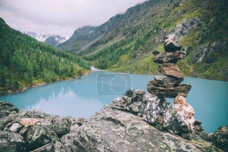 Photo pour Pile de pierres près du beau lac dans les montagnes majestueuses, Altaï, Russie - image libre de droit
