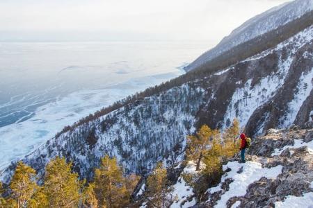 Photo pour Vue du versant de montagne avec neige, arbres et debout, homme, Russie, lac Baïkal - image libre de droit