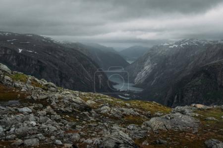 Photo pour Vue du talus de pierres et de roches et de rivière à pied à fond, la Norvège, Parc National de Hardangervidda - image libre de droit