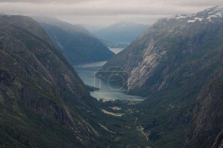 Photo pour Vue des roches et des falaises herbeuses, rivière de montagne sur fond, Norvège, Parc National de Hardangervidda - image libre de droit