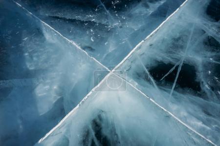 Photo pour Gros plan de la couche de glace sur les rameaux des arbres, la Russie, le lac Baïkal - image libre de droit