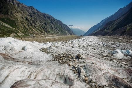 Photo pour Étonnante vallée enneigée entre montagnes, Fédération de Russie, Caucase, juillet 2012 - image libre de droit