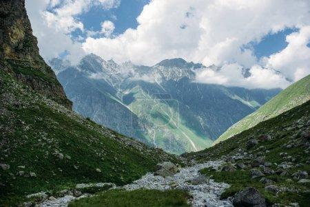 Photo pour Incroyable des montagnes vertes et des nuages, Parc National de Ala Archa, Kirghizistan - image libre de droit