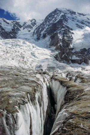 Photo pour Les fissures dans les glaciers et les montagnes enneigées, Fédération de Russie, Caucase, juillet 2012 - image libre de droit