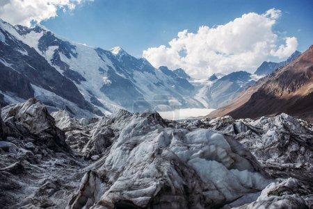 Photo pour Vue imprenable sur le paysage de montagnes enneigées, Fédération de Russie, Caucase, juillet 2012 - image libre de droit