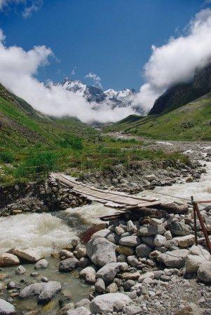 Photo pour En bois pont et montagne fleuve, Fédération de Russie, Caucase, juillet 2012 - image libre de droit