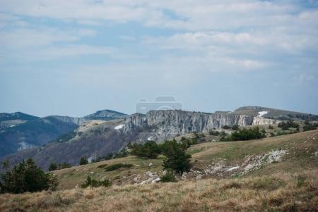 Photo pour Vue panoramique sur les montagnes, la vallée et le ciel nuageux, Caucase, Russie - image libre de droit
