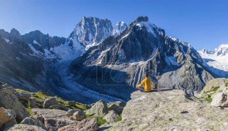 Photo pour Vue arrière du tourisme reposant sur le sommet de la montagne, Alpes, France - image libre de droit