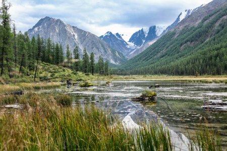 Photo pour Paysage de montagne avec pittoresque vallée et lac, Altaï, Russie - image libre de droit