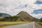 """Постер, картина, фотообои """"панорамный вид на пустой дороге, горы и пасмурное небо, Алтай, Россия"""""""