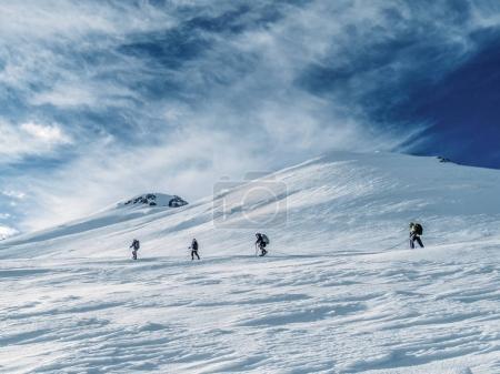 Photo pour Vue latérale des randonneurs escalade à belle neige plafonné montagnes, Fédération de Russie, Caucase - image libre de droit