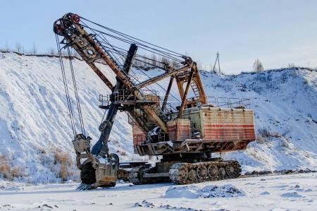 Photo pour Pelleteuse industrielle et territoire enneigé, ruba, belarus - image libre de droit