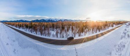 Photo pour Belle vue de la voiture sur la route d'hiver et la neige au coucher du soleil près du lac Baïkal, Fédération de Russie - image libre de droit