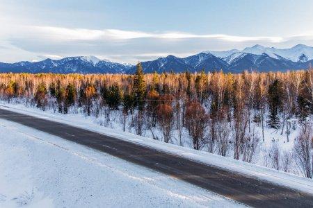 Photo pour Route d'hiver magnifique avec la neige et les arbres couverts de montagnes, Fédération de Russie - image libre de droit