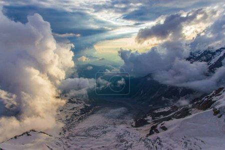 Photo pour Beau paysage de neige scénique incroyable montagnes enneigées, la Géorgie, Caucase - image libre de droit