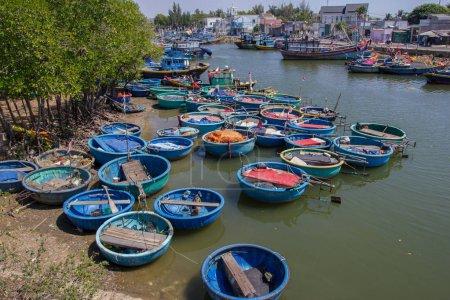 Photo pour Bateaux ronds traditionnels et autres navires sur les pêcheurs dans le port, Vietnam, Mui Ne - image libre de droit