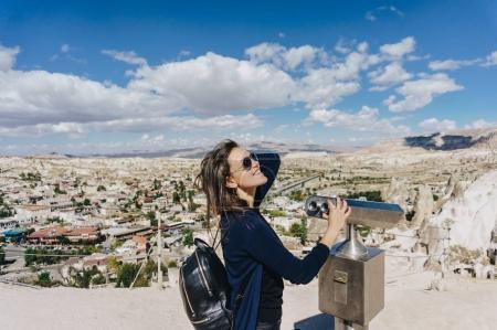 Photo pour Touriste femelle regardant la ville par spectateur binoculaire, Cappadoce, Turquie - image libre de droit