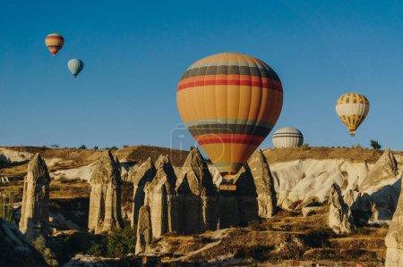Photo pour Hot air balloons festival dans le parc national de Göreme, cheminées de fées, Cappadoce, Turquie - image libre de droit