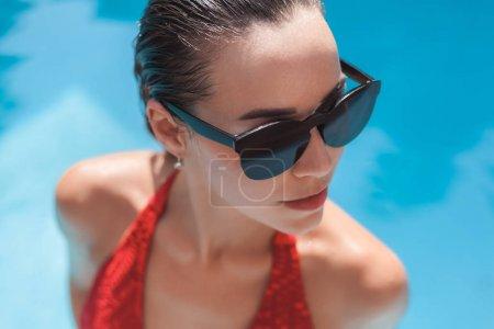 Photo pour Portrait en gros plan de jeune femme mouillée en bikini à la piscine - image libre de droit