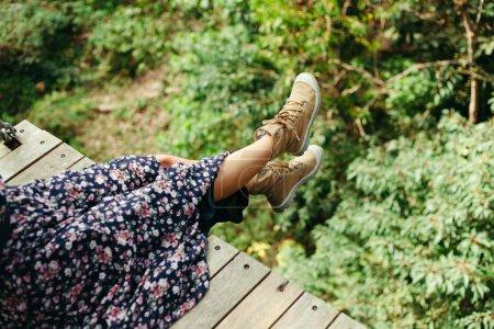 Foto de Recortar imagen de mujer sentada en la pasarela de madera en selva - Imagen libre de derechos