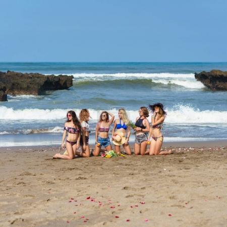 Photo pour Groupe de jolies jeunes femmes assis sur la plage - image libre de droit
