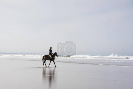 Photo pour Équestre femme cheval sur la plage de sable fin - image libre de droit