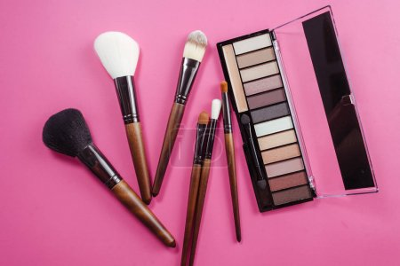 Photo pour Ensemble de cosmétiques colorées sur fond rose - image libre de droit