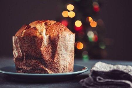 Photo pour Panettone gâteau de Noël et décorations de Noël . - image libre de droit