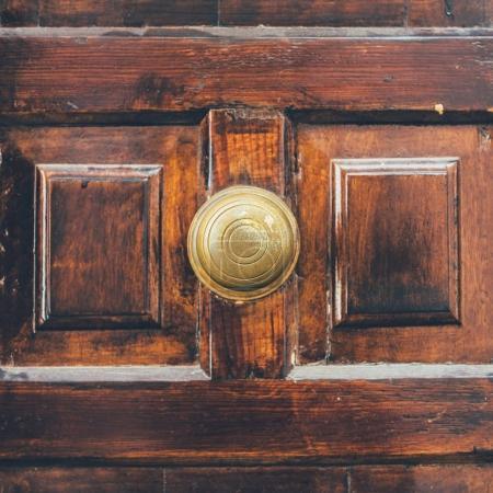 Photo pour Gros plan de la vieille porte en bois avec poignée en milieu - image libre de droit
