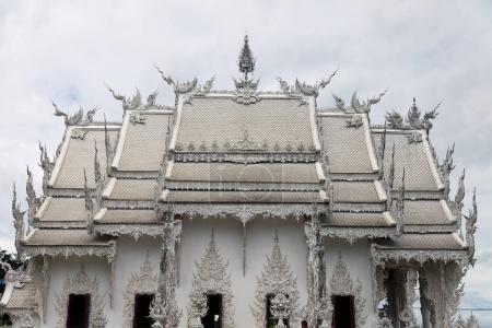 Photo pour Façade de temple thaïlandais belle journée ensoleillée - image libre de droit